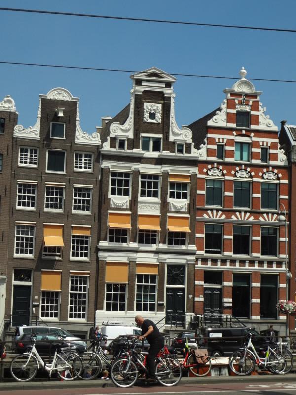 18. Amsterdam: un condensato di stili architettonici, un intrigo di ponti e canali, una vera ragnatela