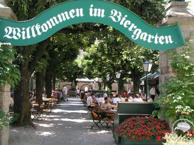 Birra, wurstel e canti nei Biergarten bavaresi