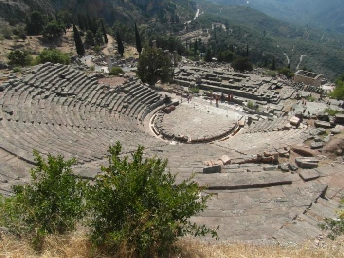 Delfi: il Teatro con il Tempio di Apollo