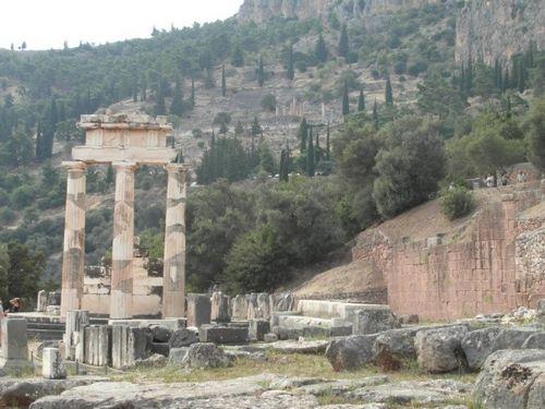 Delfi – Tempio di Athena (con … sullo sfondo in alto … il Tempio di Apollo)